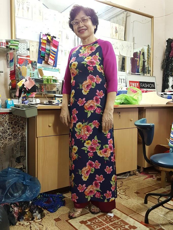 Áo dài họa tiết hoa cho mẹ chồng mình mặc đi ăn cưới tại thời trang thủy
