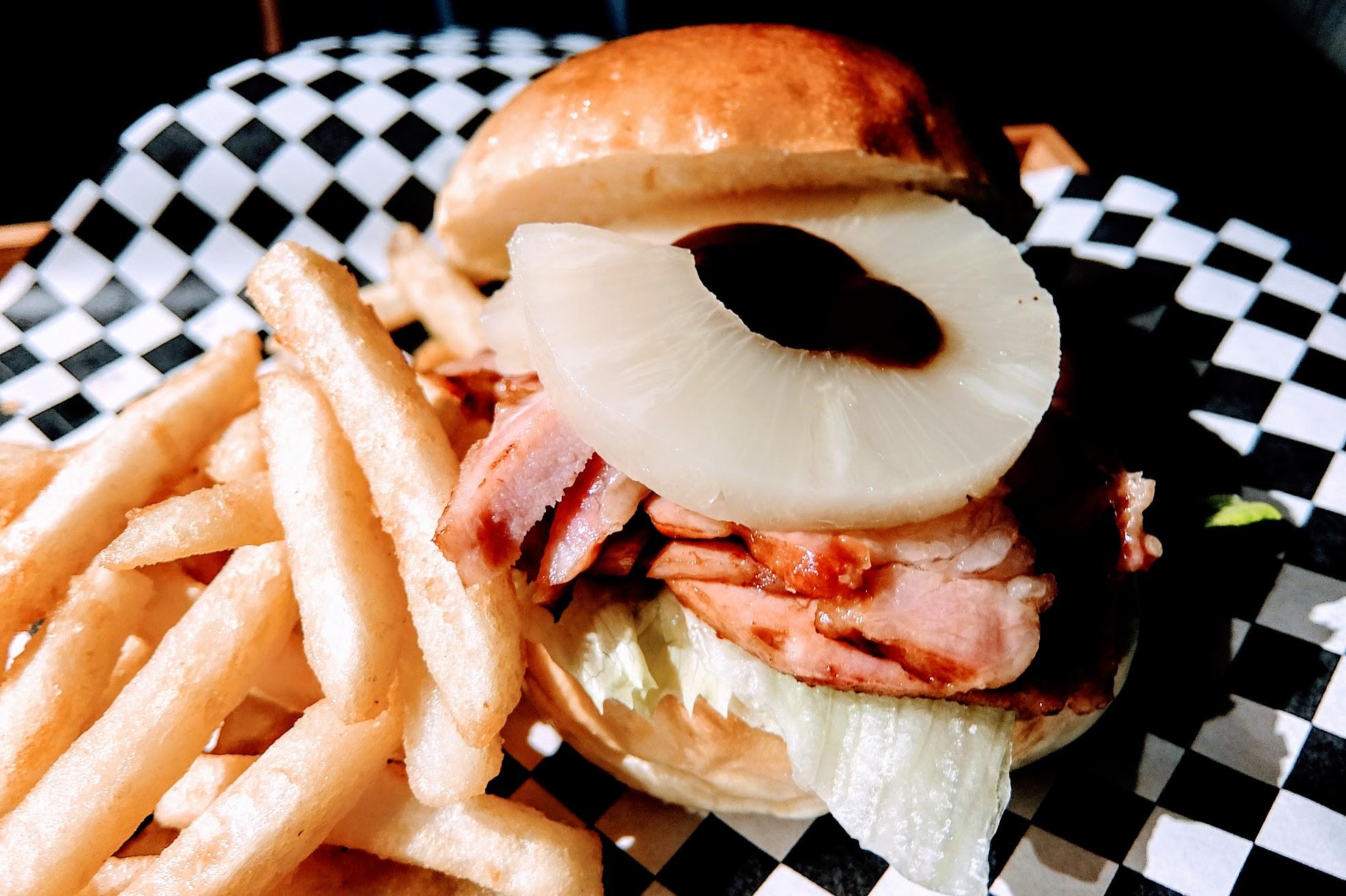 不是牛肉的人,唯一首選就是這個漢堡啦! 上頭有鳳梨片,底下的豬肉片頗像培根肉的,但還不錯吃!