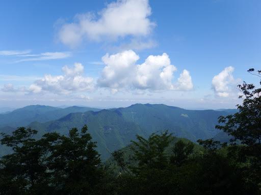 峰山とジョウブツ山(左に白屋岳)