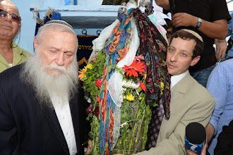 Photo: רפאל עבו והרב חיים דרוקמן בהוצאת ספר התורה