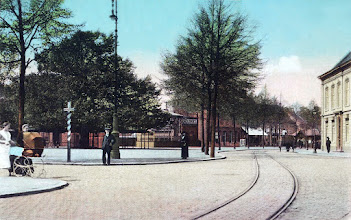 Photo: 1910 -  Heuvel gezien vanaf de vroegere koningin julianastraat in noordelijke richting. Links de lindeboom en kiosk, hier nog met de tramrails, rechts de pastorie van de parochie Heuvel (St. Jozef).