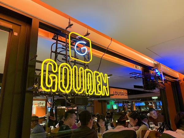 老牌的美式餐廳,氣氛很不錯都滿座。晚上會有辣妹搖呼拉圈的活動,餐點挺好吃不會踩雷,酒水比一般啤酒吧貴一點~ 挺推薦三五好友去閒聊👍
