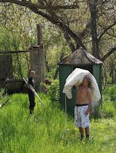 Photo: Die Jungs wollen das weiße Mittelalterzelt aufbauen.