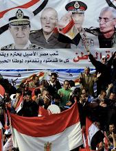 Photo: Miles de egipcios ondean sus banderas. Fotografía: KHALED ELFIQI | EFE