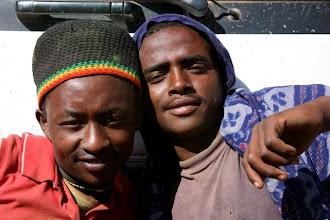 Photo: Due ragazzi che viaggiavono sopra il carico del camion