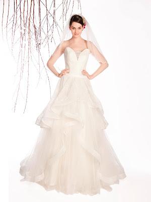 Robe de mariée princesse Eternelle, robe de créatrice originale, bustier décolleté coeur profond, dentelle fine, volants asymétriques, dos nu ajouré, petits boutons recouverts de dentelle