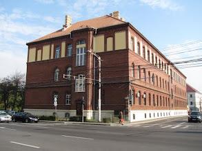 Photo: Nr.4 - Casa Invatatorului -  fatada dinspre Str. Posada -  Construita in 1902-1903; A fost camin pentru elevi si studenti, spital militar, a devenit proprietatea institutului de studii economice. Din 1990 s-a mutat aici si Inspectoratul Scolar  - (2011.10.20)