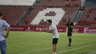 Esteban Navarro seguirá siendo entrenador del Almería B.