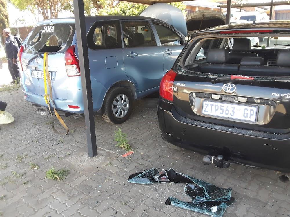 Veiligheidswagte beseer, voertuie vernietig deur 'n skare by die City Power depot - SowetanLIVE