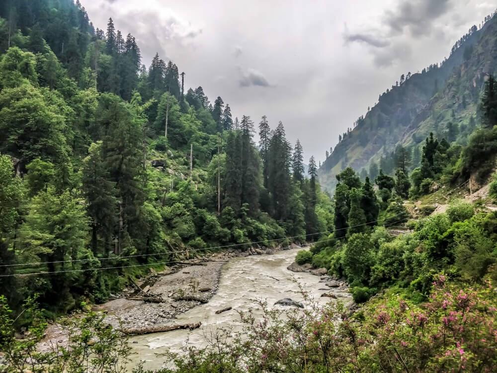 paravti river flowing in parvati valley himachal pradesh