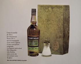 Photo: Dans ce coffret promotionnel des années 1980, un verre peu commun destiné à rafraîchir la liqueur verte sans la mettre en contact avec la glace...  Astucieux, n'est pas ?!