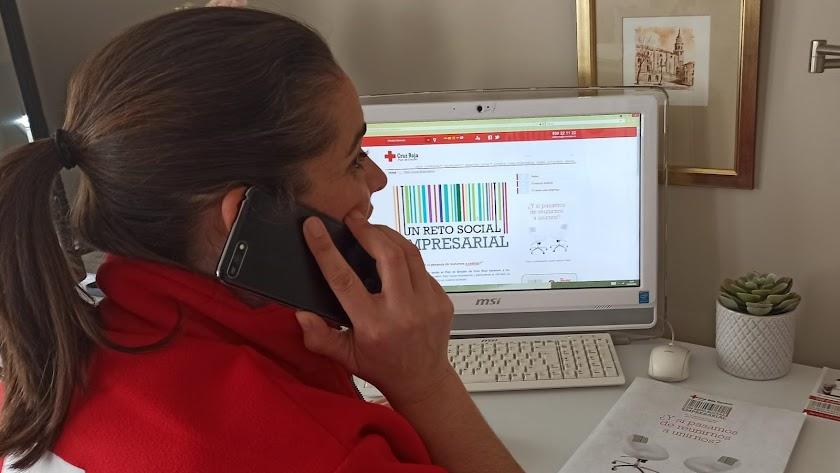Una técnico de Cruz Roja en el desarrollo del programa de empleo