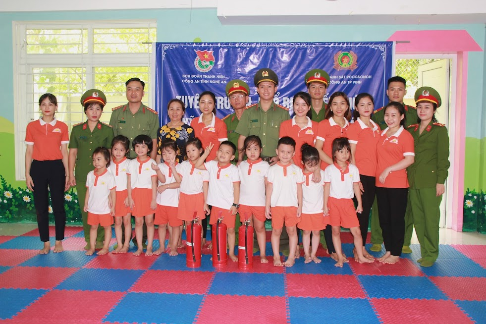Đại diện BCH Công an tỉnh và Đội Cảnh sát PCCC và cứu hộ, cứu nạn Công an TP Vinh tặng thiết bị phòng cháy cho trường