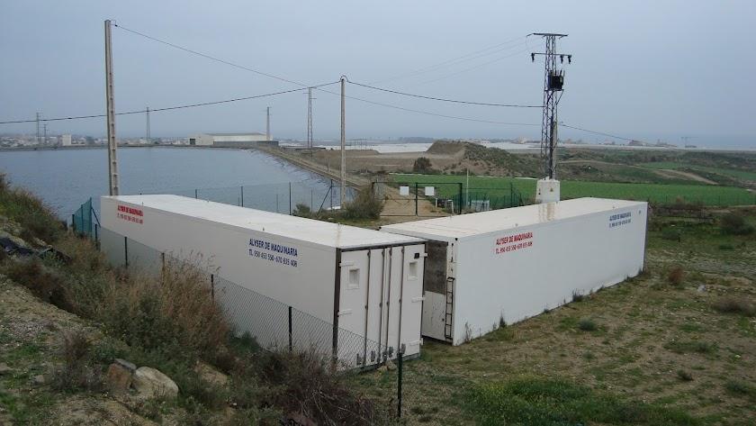 Los contenedores se almacenaron junto a balsas de riego.