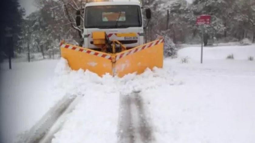 Trabajos de vialidad invernal en la red viaria forestal.