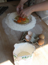 Photo: Eier dazu (6 Stück auf ein Kilo Mehl, glaube ich).