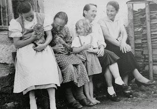 Photo: Vor dem Kumpfmüller-Haus: Linitant, Großmutter, Elsie, Maritant, Ratschan-Rosi