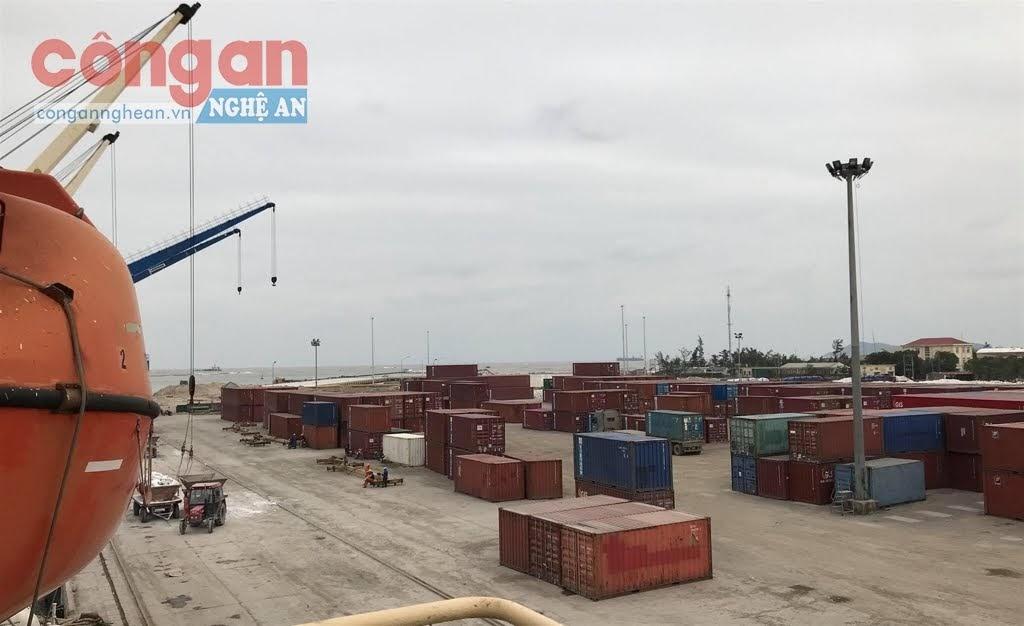 Hàng hóa bốc xếp tại cảng Cửa Lò