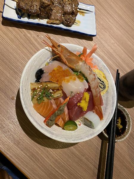 今晚點的小原田海鮮丼飯太失敗了,生魚片很沙,估計是放太久了。看來晚上6點只坐了六桌是有原因的。牛肉串裡的筋太多,基本咬不動。烤竹籤魚還不錯,味噌湯也還過去。