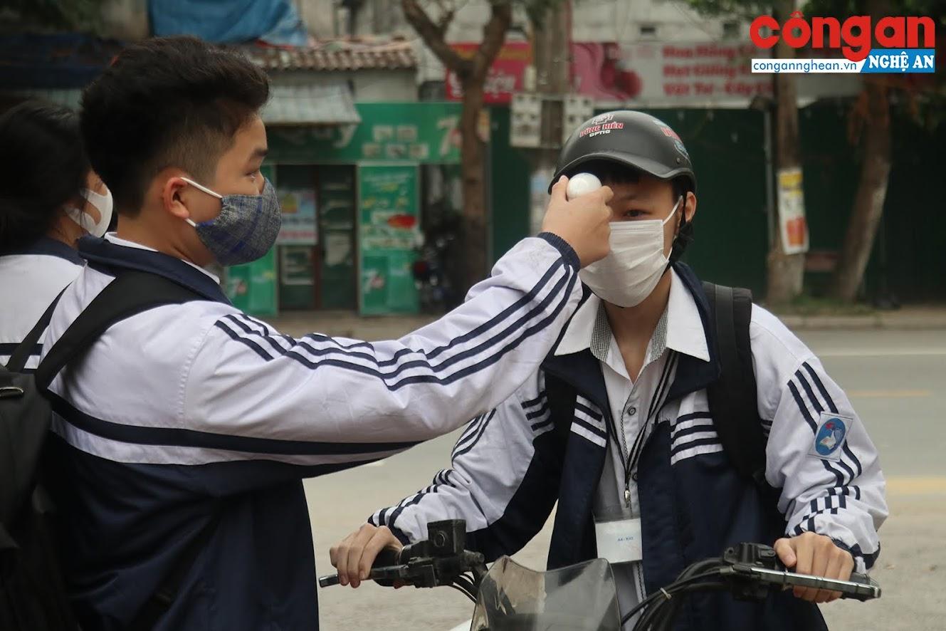 Các em học sinh trường THPT Lê Viết Thuật - TP Vinh - Nghệ An bắt buộc phải đo thân nhiệt trước lúc vào cổng
