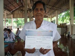 Photo: @ วัดคลองเขาจันทร์ อุบาสิกาแก้ว รับใบประกาศเกียรติบัตร  อบรมครบตามหลังสูตรในโครงการ http://phudtho.blogspot.com