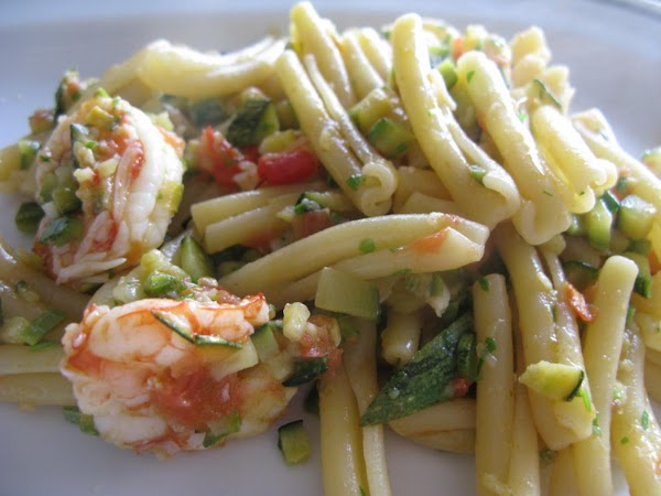 This type of pasta is very appropriate to enjoy a simple sauce made with zucchini and shrimp. But you can also use penne , shells and spaghetti.What ever you like