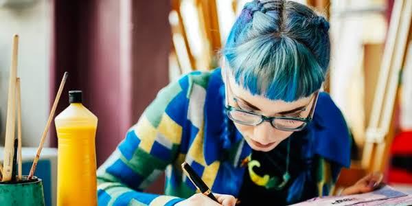 一名女子待在藝術工作室裡