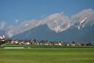 Photo: Miejscowość Flaurling  Szczyt w środku to Hochplattig 2768 m, a ten skrajnie po prawej to Hochwand 2719 m
