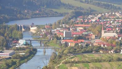 Photo: Pretekajúca rieka Orava. V pozadí vyrovnávacia nádrž Tvrdošín.