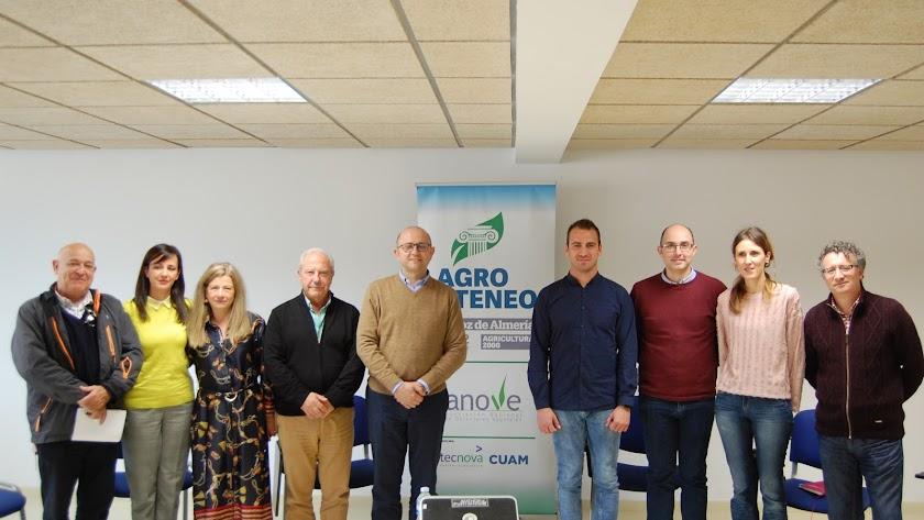 Foto  de familia con los ponentes y autoridades del Ayuntamiento de El Ejido.