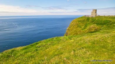 Photo: O'Brienin torni Moherin kallioilla. Taustalla sinertää Atlantin valtameri.