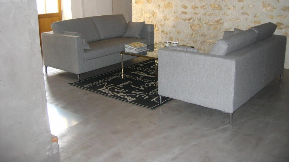 Salon de maison moderne, sol en enduit décoratif en béton ciré