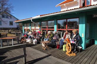 Photo: Lördagens fina väder gjorde att det fanns många härliga solställen att sitta och sticka i!