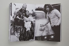 2 foto's: rijk, Aziatisch gekleed, echtpaar en man die schade toont aan een auto