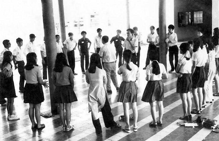 GS Nguyễn Ngọc Trác và các học sinh KM trong buổi sinh hoạt hiệu đoàn