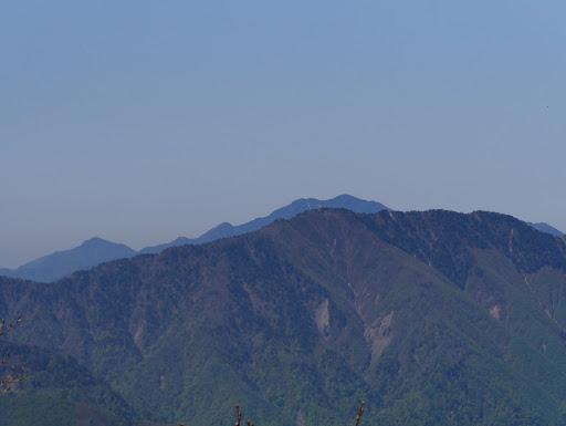 小河内岳(奥に大無間山)