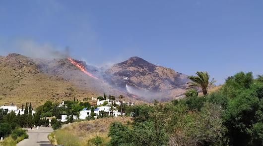 Incendio forestal en Las Negras, en el Cabo de Gata