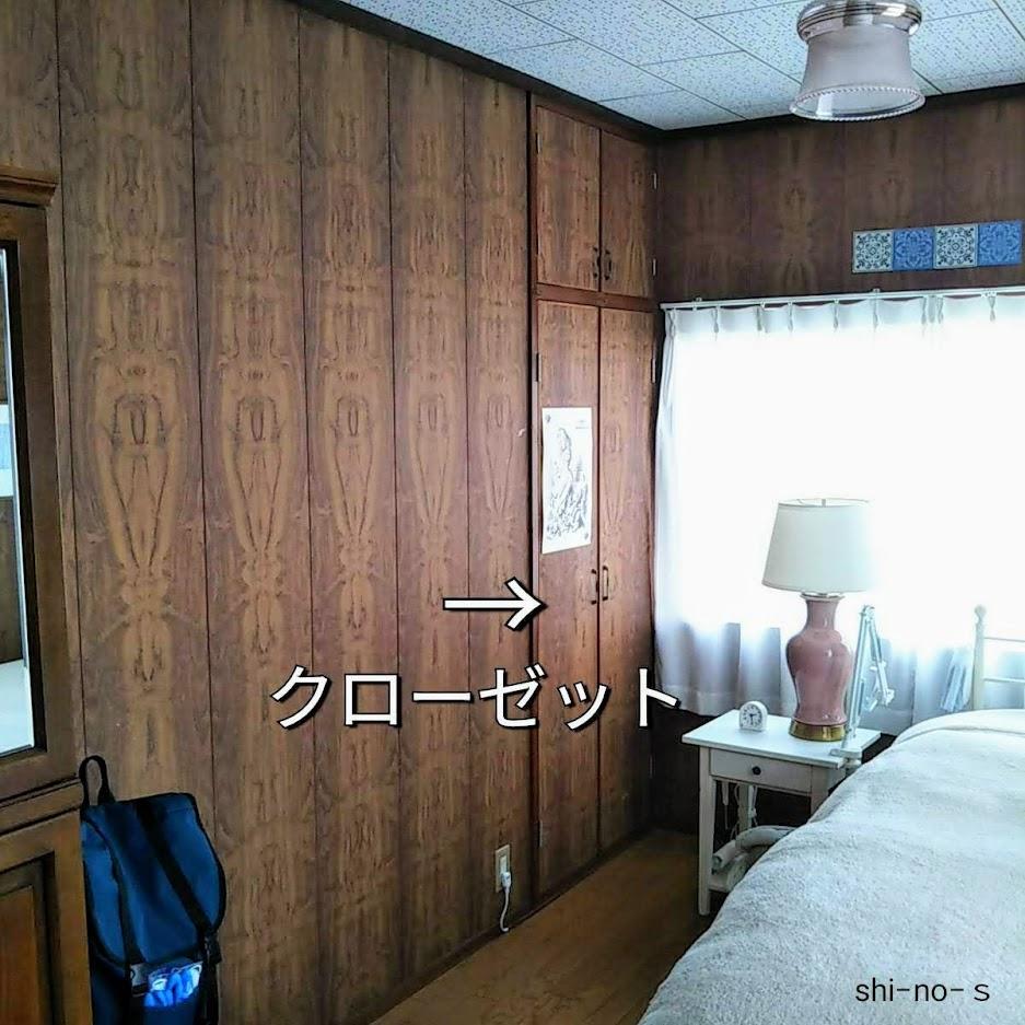 ベッドの横にあるクローゼットの扉