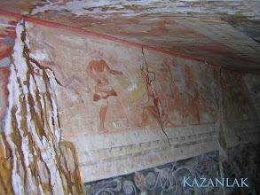 Photo: Kazanlak, plafondschildering van de gang naar de grafkamer