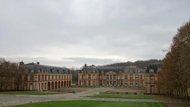 Photo: Le château de Dampierre et ses symétries :  celle des bâtisses, celle des parterres de gazon, celle des parterres de terre