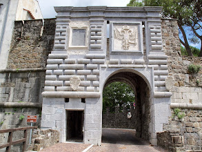 Photo: Następnym punktem etapowym w moim projekcie jest miasto Gorizia ze średniowiecznym zamkiem.  Droga do castello di Gorizia prowadzi przez Porta Leopoldina, bramę postawioną w 1660 roku,  na cześć wizyty cesarza Leopolda I Habsburga.