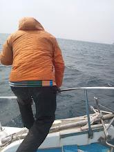 """Photo: 青物が釣れない時間が長い中、またまた""""タケウチさん""""ヒット!"""