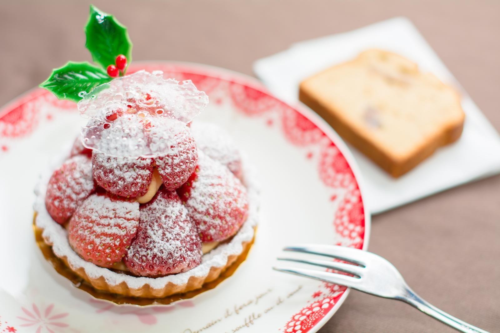 Photo: 「タルト・フレーズ」 フランス菓子 エリティエ  一昨日になりますが、 少し早くクリスマス気分で エリティエさんのタルトをいただきました♪  上には雪の結晶を思わせる パリッと割れる飴が乗り 積まれたイチゴには 綺麗に粉砂糖がまぶされています♪ その中に絞られたカスタードも とっても濃厚であまく 卵をしっかりと感じさせてくれました! でもイチゴがその甘さに負けずに しっかりみずみずしさとあまみを感じさせ 心地良く合わさってくれました~☆  もう1品は「シャテーニュ」という パウンドケーキです♪ しっとりふんわりとした生地に カリッとした胡桃 胡桃の風味はほんと癖になりますね☆  「 +フランス菓子 エリティエ 」 < http://goo.gl/IwWEoa > #ごちそうフォト #cooljapan Nikon D7100 Nikon AF-S NIKKOR 50mm f/1.4G