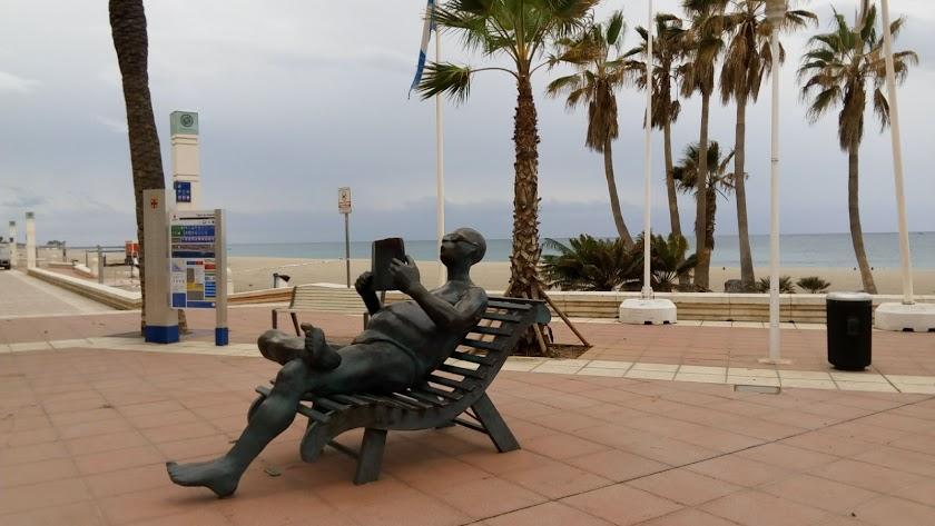 El lector del Paseo Marítimo, solitario durante la crisis del coronavirus.