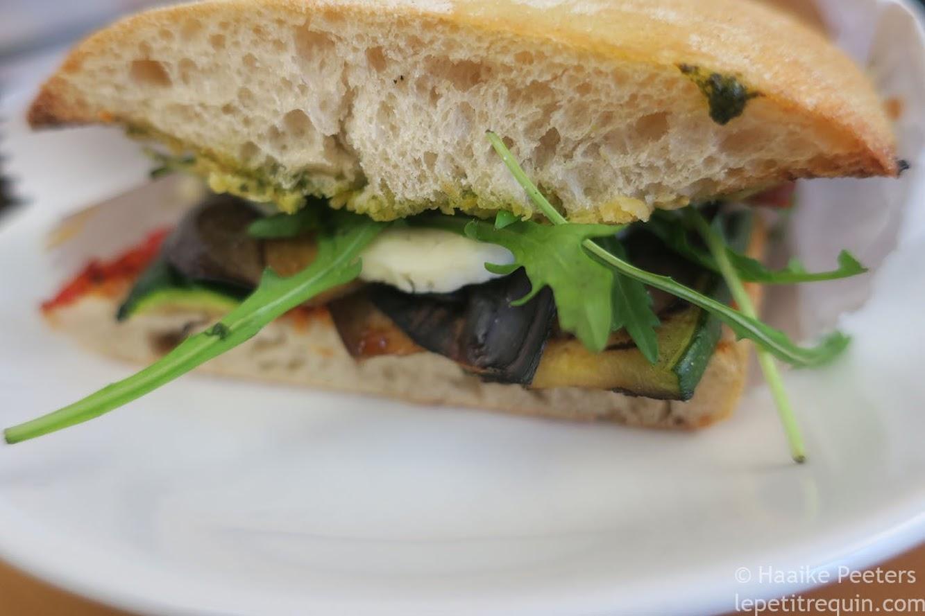 Panini met gegrilde groenten en halloumi (Le petit requin)