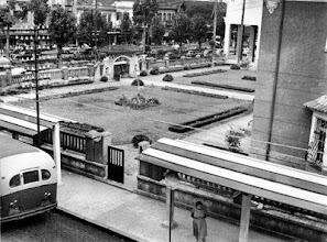 Photo: Jardins do Colégio Estadual Pedro II - CENIP. Hoje os jardins foram transformados em quadras de esportes e o muro é muito mais alto. Foto da década de 60