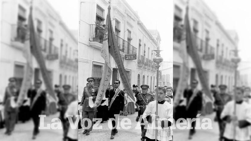 Rafael Monterreal portando el Pendón de Castilla por la calle Real, el 26 de diciembre de 1959.