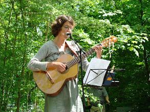 Photo: Lisa Kock Nielsen underholder med sang og guitarspil