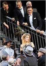 Photo: DIE LUSTIGE WITWE IN LINZ (Premiere 7.11.2015) Judith Kuhn (Hanna) und die Herren. Foto: Reinhard Winkler für Landestheater Linz