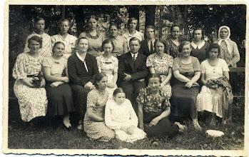 """Photo: Pirmoje eilėje iš kairės sėdi Salytė Ona (Kretingoje siuvimo ir virimo kursuose)  """"R. Survilos meno fotografija. Kretinga"""" 1935 m. Nuotrauka iš Juozo Šakinio asmeninio archyvo."""